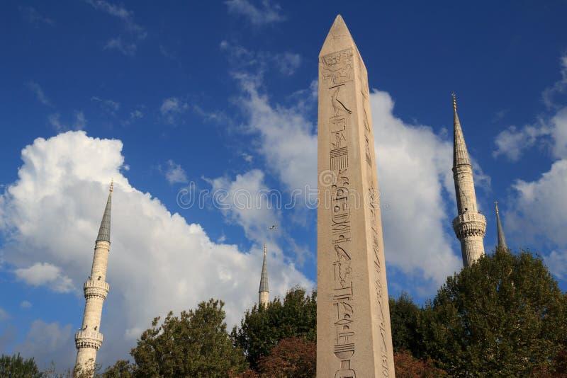 L'obélisque de Theodosius et de tours bleues de mosquée à Istanbul photos stock