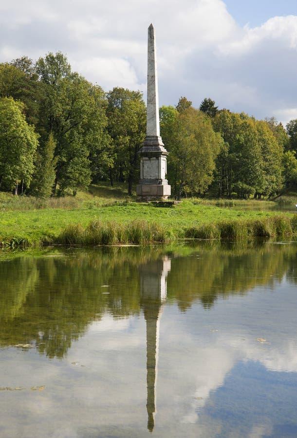 L'obelisco di Chesma sulla riva del lago Gatcina fotografia stock libera da diritti