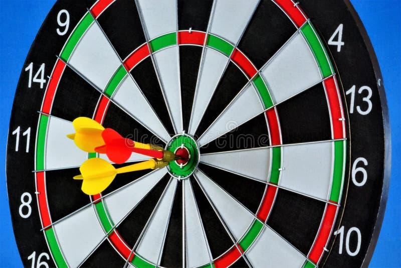 L'obiettivo per lo sport dei dardi e dei dardi ha colpito l'obiettivo Gioco dei dardi in quali rivali dei giocatori gettano i dar fotografie stock libere da diritti