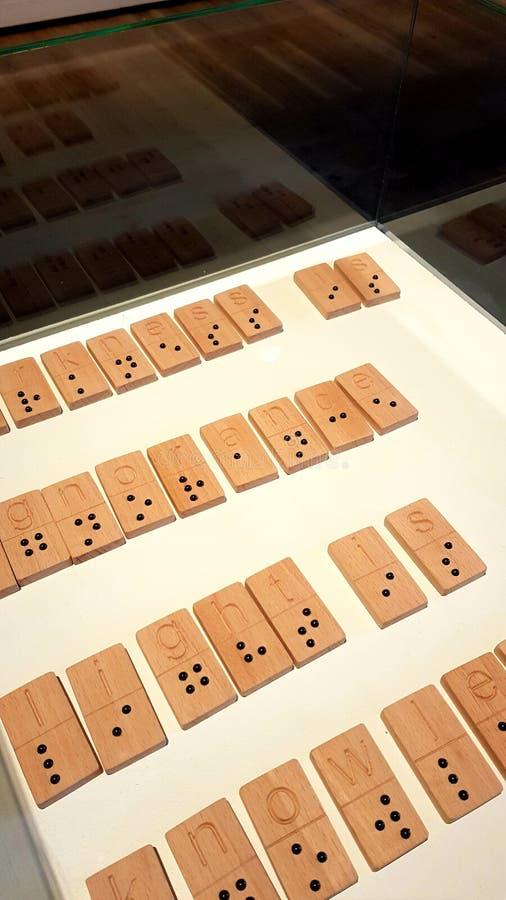 L'obscurité est ignorance, lumière est la connaissance - écrite dans l'alphabet de Braille photographie stock
