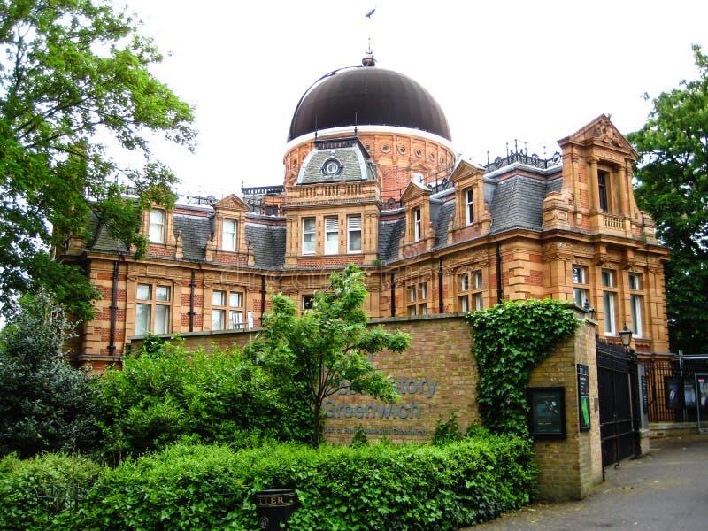 L'observatoire de Greenwich avec la belle herbe verte et les nuages débarquent images libres de droits
