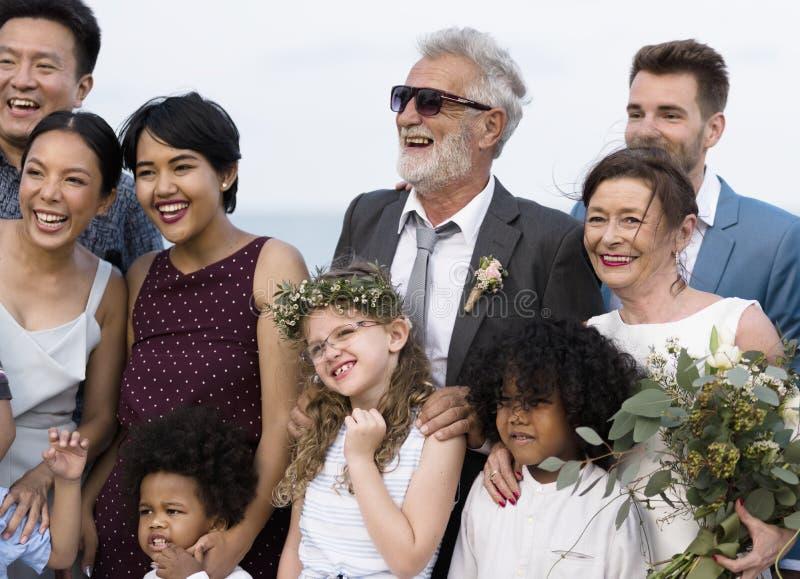 L'obtention mûre jeune de couples s'est mariée à la plage photographie stock libre de droits