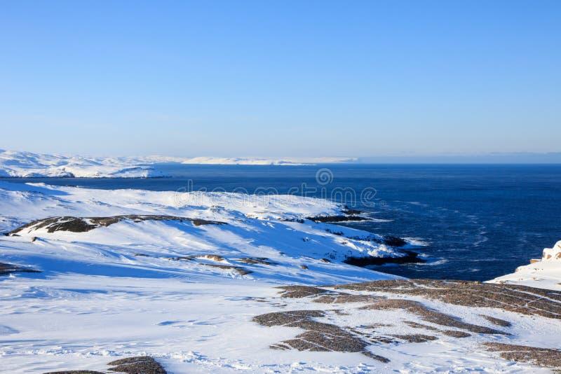 L'océan arctique, horaire d'hiver, rivage de neige, Russie, paysage de belle nature sauvage de nord voit Belle glace d'hiver de n photographie stock