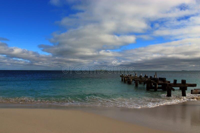 L'Océan Indien, ciel et océan de vert vert avec la vieille jetée images libres de droits