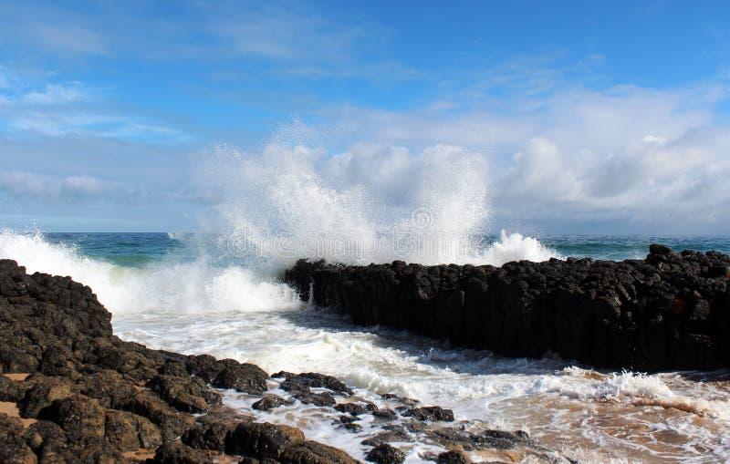 L'Océan Indien ondule le dumping contre les roches foncées de basalte sur l'Australie occidentale de Bunbury de plage d'océan images stock
