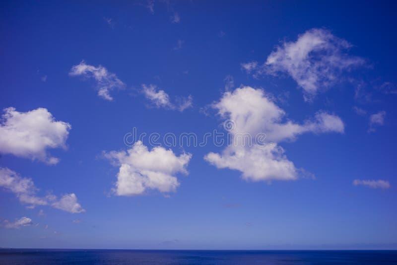L'océan pacifique bleu sous le ciel bleu et les nuages blancs tirés de Guam image libre de droits