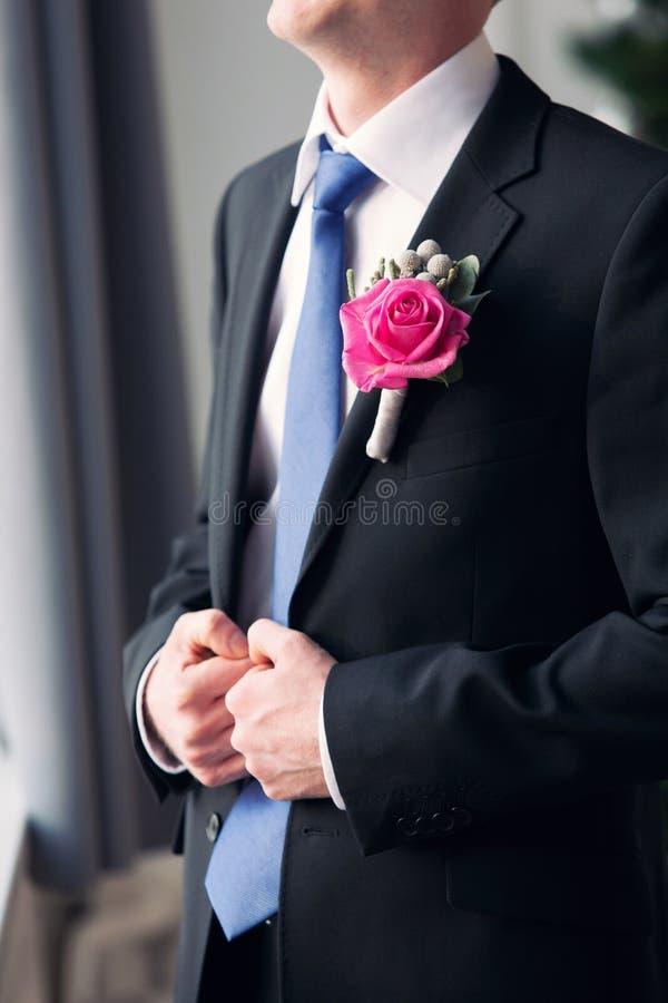L'occhiello dello sposo sotto forma di rosa fotografie stock