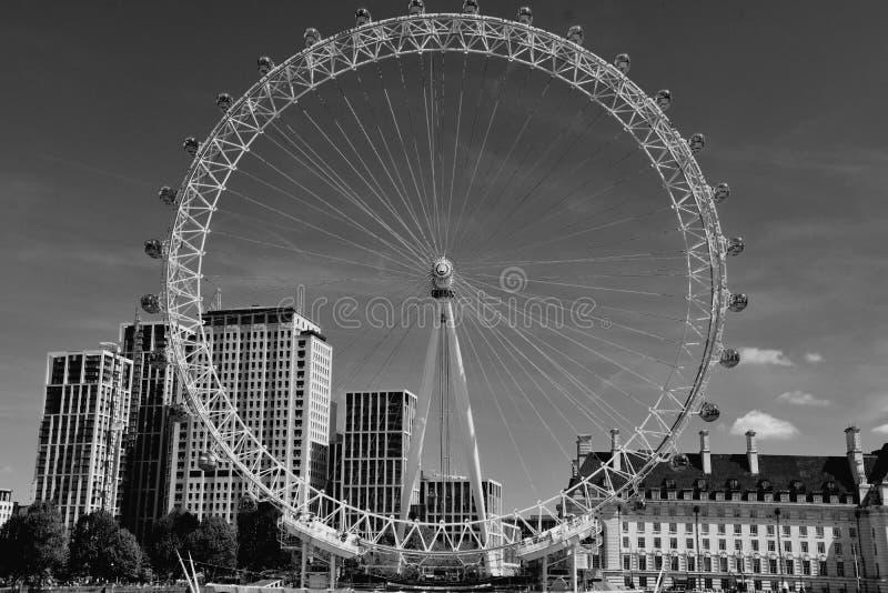 L'occhio di Londra sulla sponda sud del Tamigi alla notte a Londra, Inghilterra immagini stock