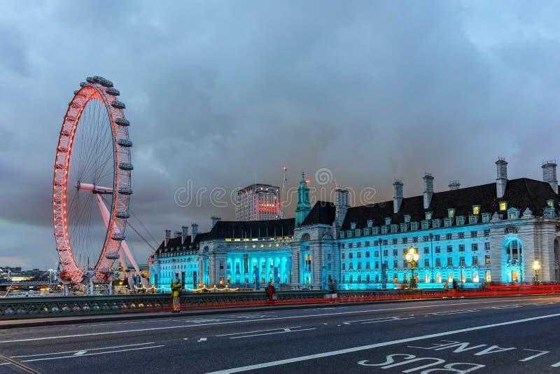 L'occhio di Londra sulla sponda sud del Tamigi alla notte a Londra, Gran Bretagna fotografia stock libera da diritti
