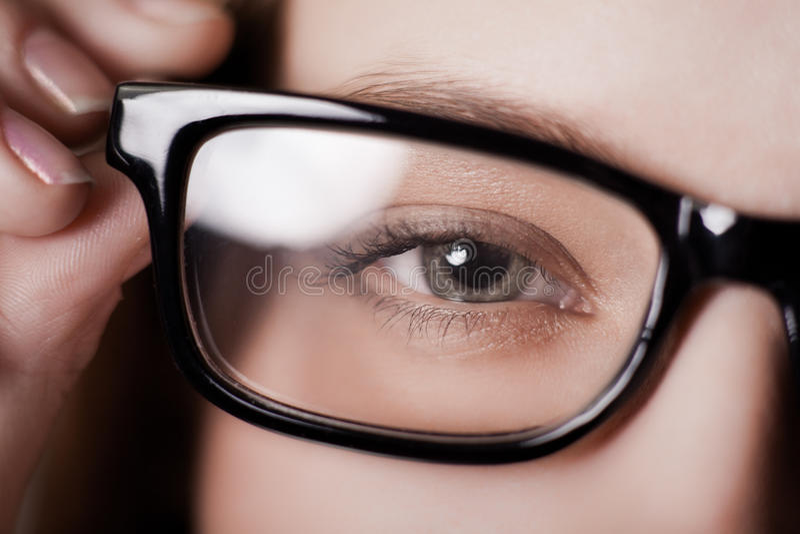 L'occhio ha sparato attraverso i vetri fotografia stock