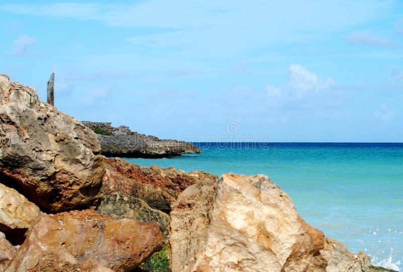 L'Oceano Atlantico con le rocce in Cuba fotografia stock libera da diritti