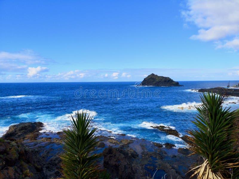 L'Oceano Atlantico del nord e vista di Roque de Garachico o della st Michael Rock, isola della lava immagini stock libere da diritti