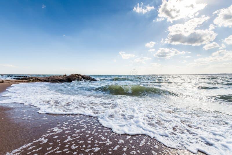 L'Oceano Atlantico nel parco del punto del faro a New Haven Connecticut immagini stock libere da diritti