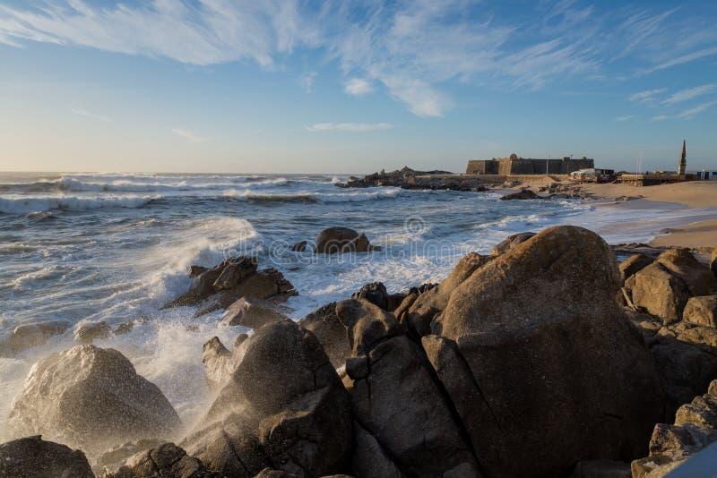Download L'Oceano Atlantico Nella Riva Del Nord Del Portogallo Immagine Stock - Immagine di tramonto, spruzza: 104290891