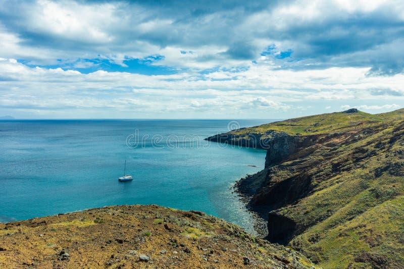L'oceano e le montagne dell'isola del Madera abbelliscono, capo di San Lorenco immagine stock