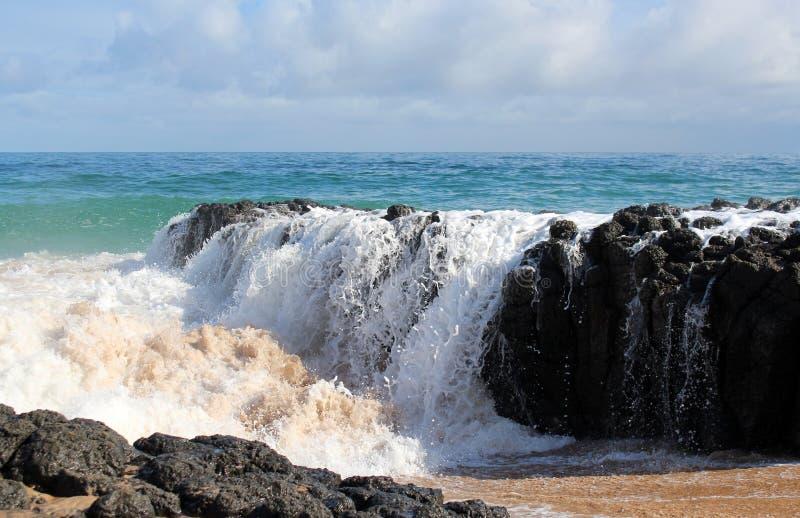 L'Oceano Indiano ondeggia il dumping contro le rocce scure del basalto sull'Australia occidentale di Bunbury della spiaggia dell'o fotografie stock