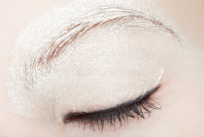 L'oeil de femme avec le blanc composent et noircissent l'eye-liner photos stock