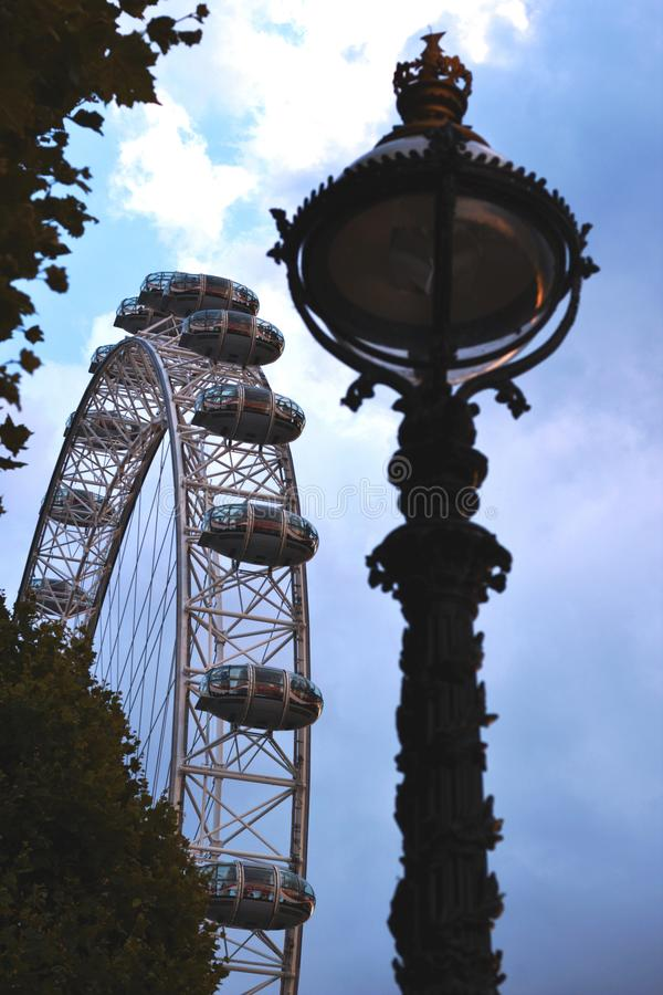 L'oeil de Londres derrière des arbres photos stock