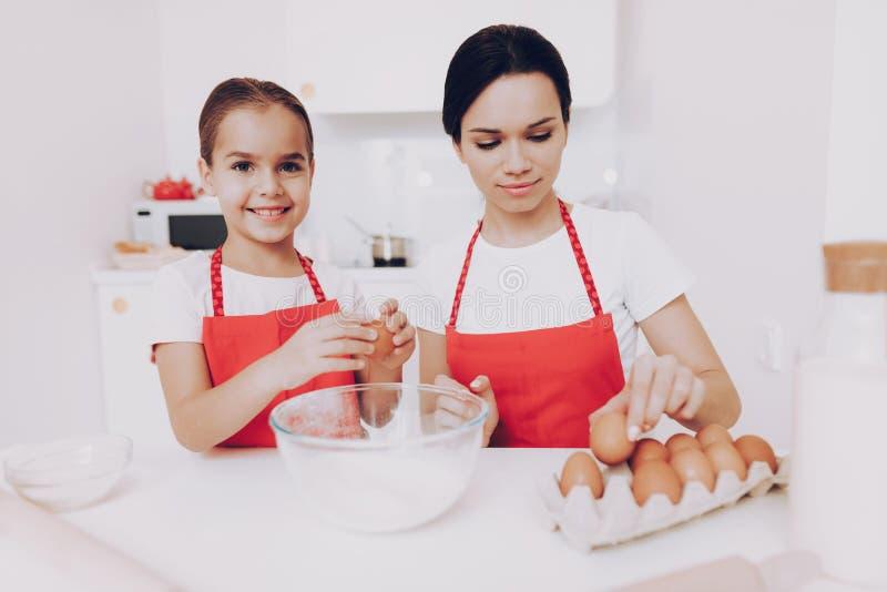 L'oeuf de préparation pour font un gâteau cuire au four Tarte de préparation photo libre de droits