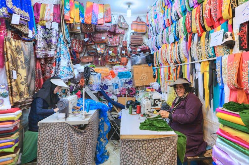 L'officina di cucito nel dipartimento del tessuto del mercato, donne cuce il fabr fotografia stock