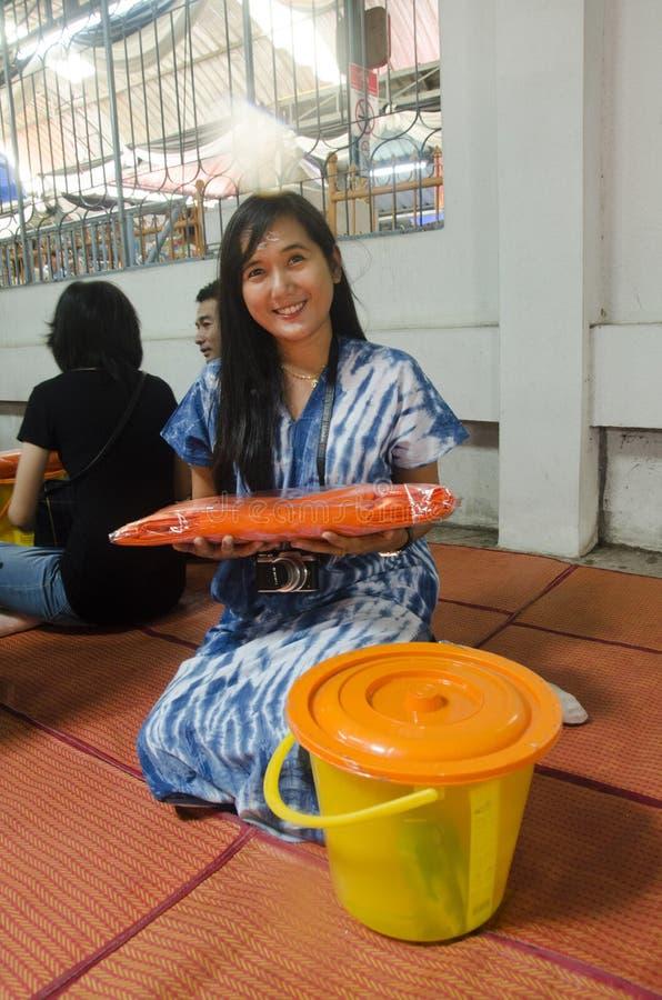 L'offre thaïlandaise de femme a consacré aux moines bouddhistes chez Wat Prommanee photos libres de droits