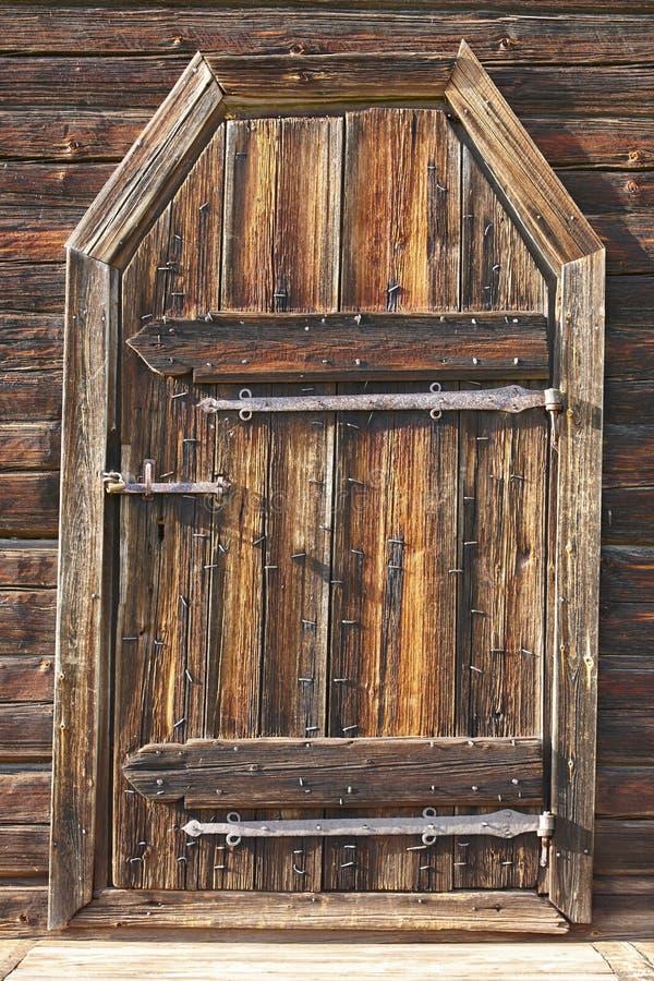 L'oggetto d'antiquariato ha arrugginito porta di legno bloccata Eredità del fondo della Finlandia fotografie stock libere da diritti