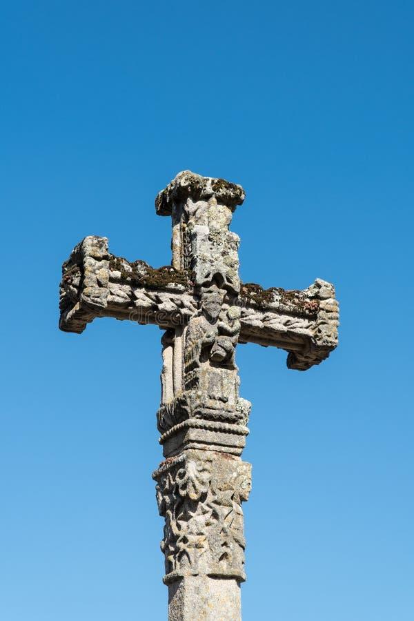 L'oggetto d'antiquariato ha scolpito l'incrocio di pietra con il bambino Gesù della tenuta di vergine Maria nelle sue armi Copi l immagini stock