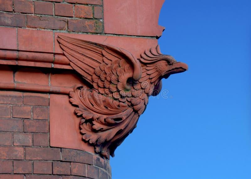 L'oiseau en pierre sur l'église dans la ville de Birmingham photo libre de droits