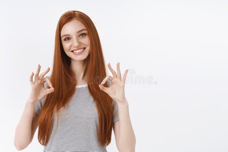 L'ok conviennent Yeux bleus roux à l'air amical agréables attrayants d'adolescente inclinant l'exposition amusée principale corre image stock