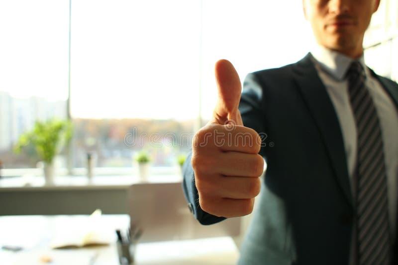 L'OK masculin d'exposition de bras ou confirment pendant la conférence images libres de droits