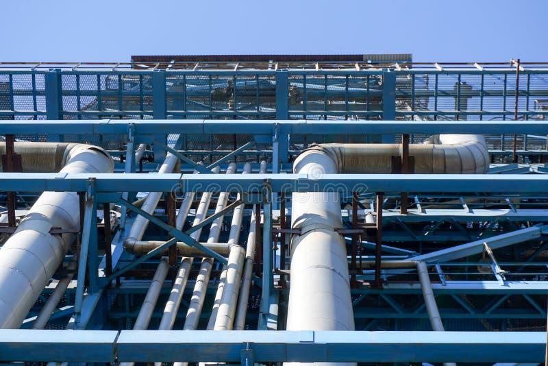 L'oléoduc DN800 à une taille de 57m de la terre est soumis à un traitement thermique et couvert d'isolation thermique images libres de droits