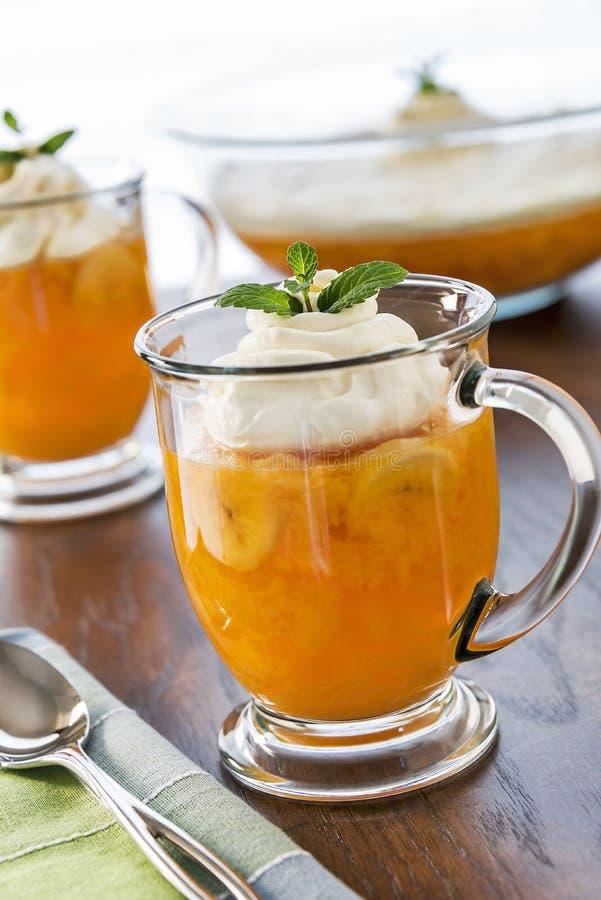 L'old-fashioned gélifient-o des tasses de dessert avec l'écrimage fouetté image libre de droits