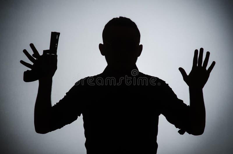L'ombra dell'uomo con la pistola fotografie stock