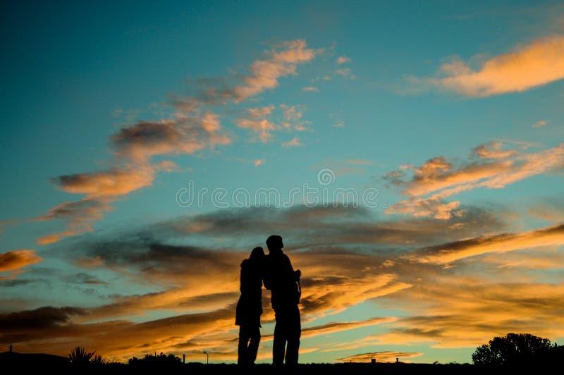 L'ombra Nizza delle coppie sta sulla montagna prima del tramonto fotografie stock libere da diritti