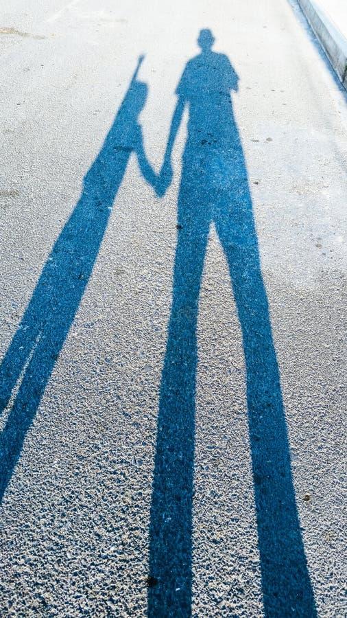 L'ombre d'un adulte et d'un enfant image stock
