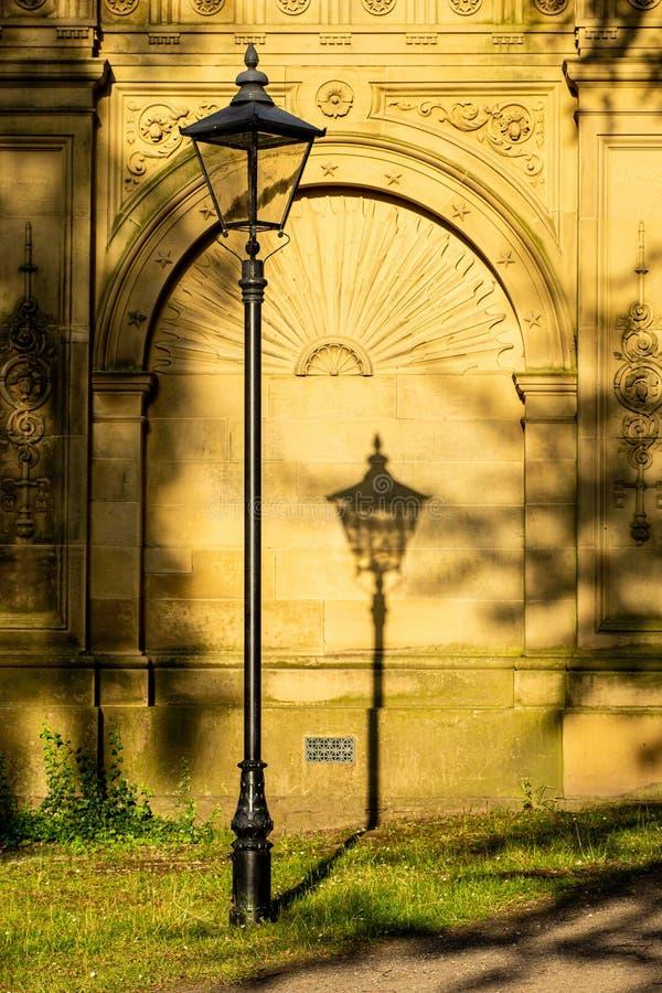 L'ombre d'un vieux support de lampe photo libre de droits