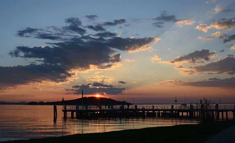 L'Ombrie, Italie, lac Trasimeno, le pilier de San Feliciano au coucher du soleil photo stock