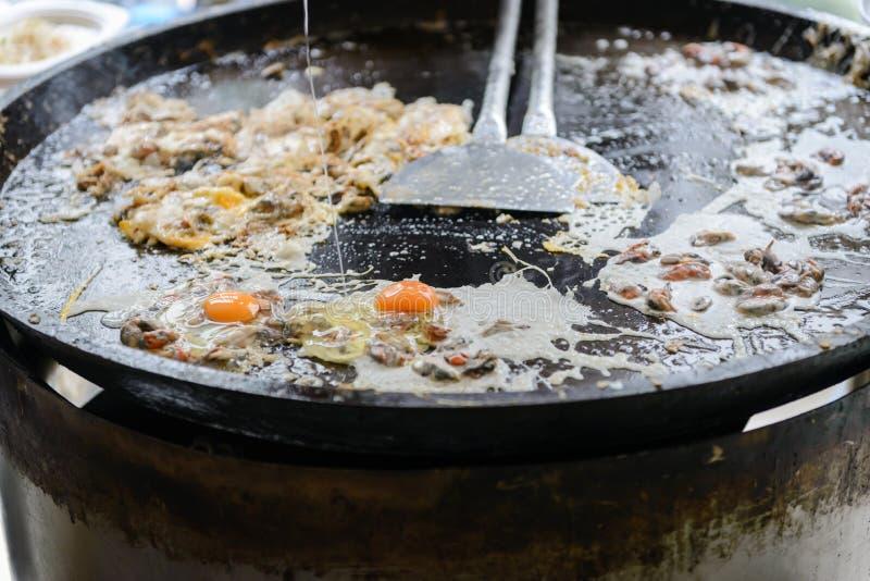 L'omelette croustillante d'huître faite à partir de la farine s'est mélangée à la moule ou les huîtres et l'oeuf images stock