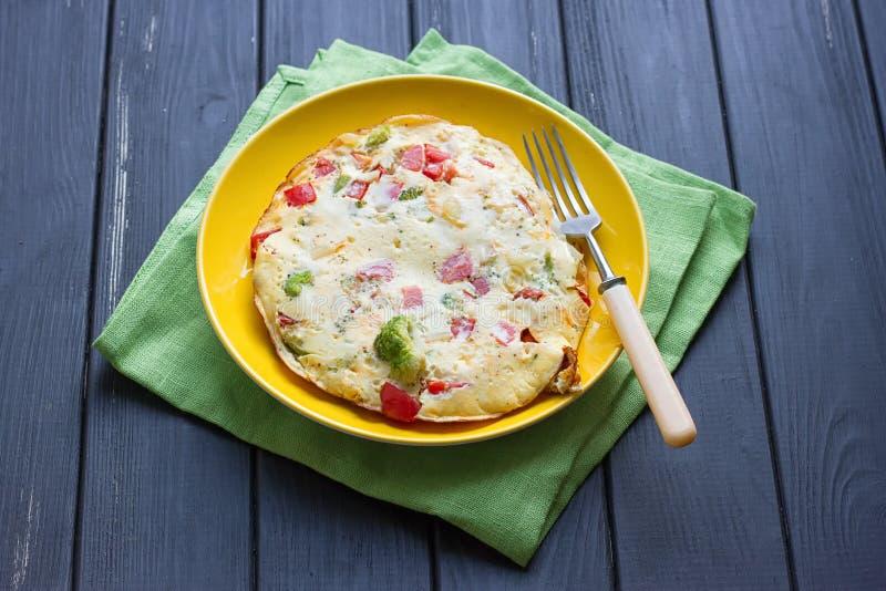 L'omelette dal pollo eggs con formaggio, gli ortaggi freschi - cetriolo ed il pomodoro fotografie stock