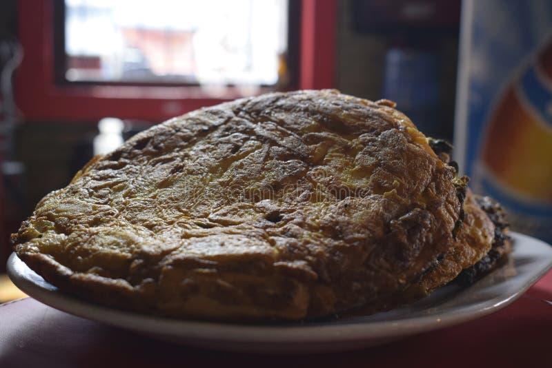 L'omelette de pomme de terre et d'oignon a plaqué attendre votre échantillon images libres de droits