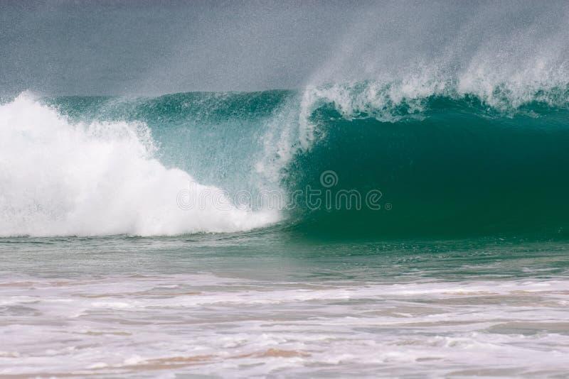L'onda gigante colpisce la riva immagine stock libera da diritti