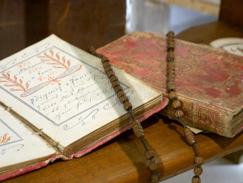 L'onyx noir perle le chapelet sur la vieille bible image libre de droits
