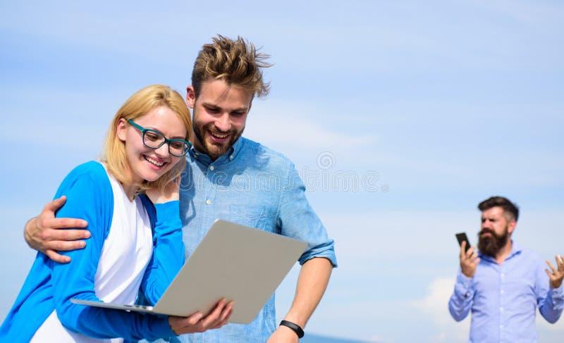 L'opérateur mobile donne la bonne connexion internet Appréciez l'appel Couverture de réseau Les couples apprécient l'appel visuel photos libres de droits