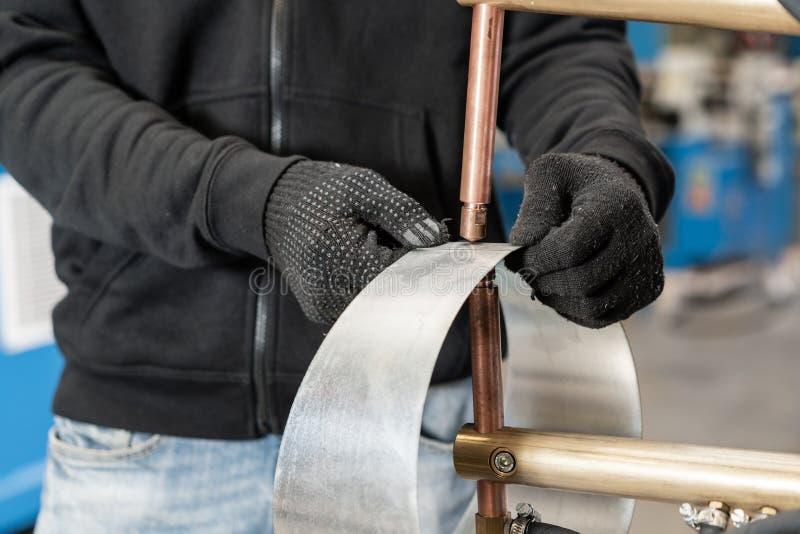 L'opérateur travaille avec le procédé de soudage par points Deux morceaux d'acier sont fondus ensemble par le chauffage électriqu photographie stock libre de droits