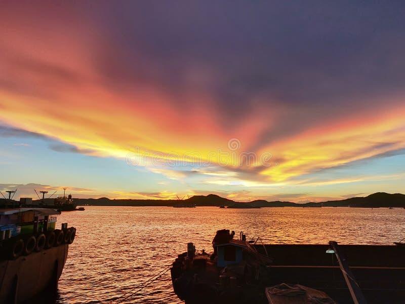 L'opération de attente d'allumeur ou de péniche dans le coucher du soleil, HDR photographie stock