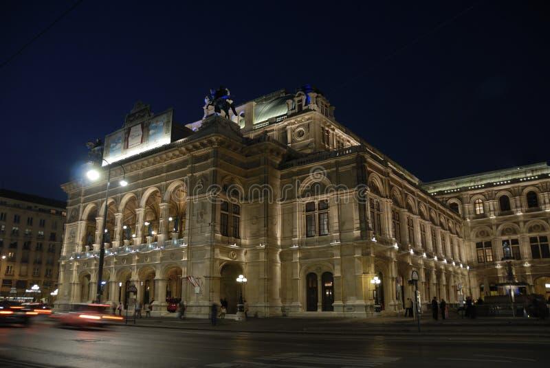 L'opera di Vienna entro la notte fotografie stock libere da diritti