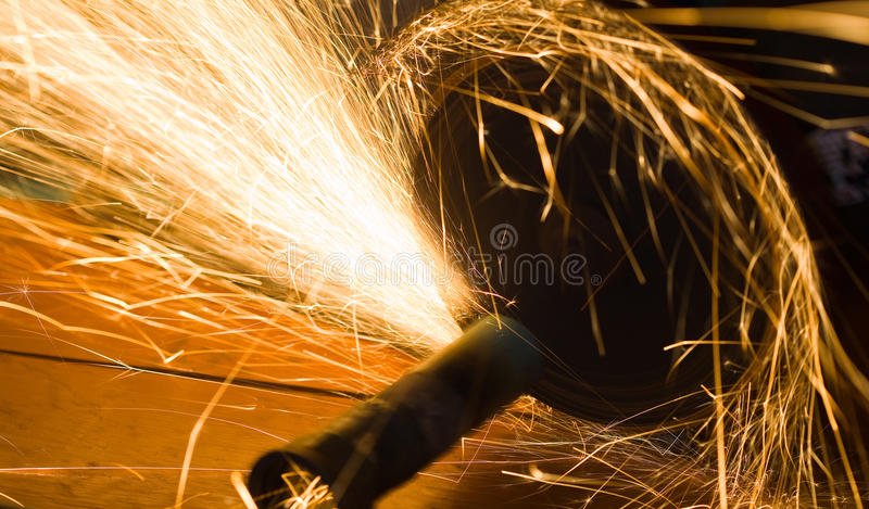 L'operaio taglia un tubo del metallo immagini stock libere da diritti