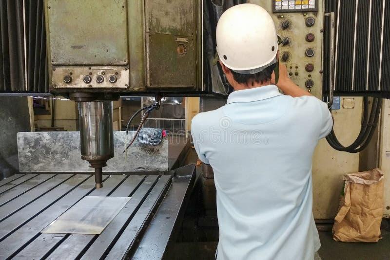 L'operatore di CNC fotografia stock