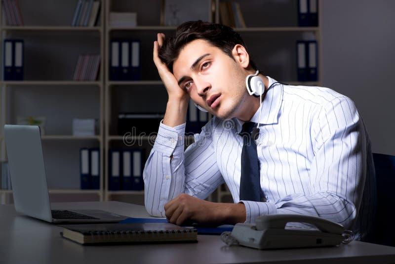 L'operatore stanco ed esaurito del servizio d'assistenza durante il turno di notte fotografie stock libere da diritti