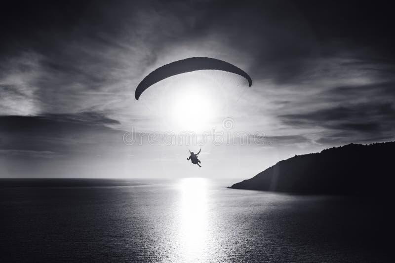 L'operatore subacqueo del cielo vola al tramonto sopra la baia Foto in bianco e nero di Pechino, Cina immagini stock libere da diritti